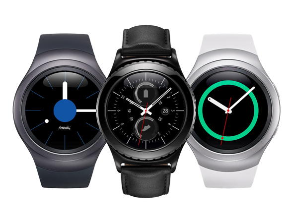 Samsung Gear S2 Classic flankeret af Gear S2 Sporty